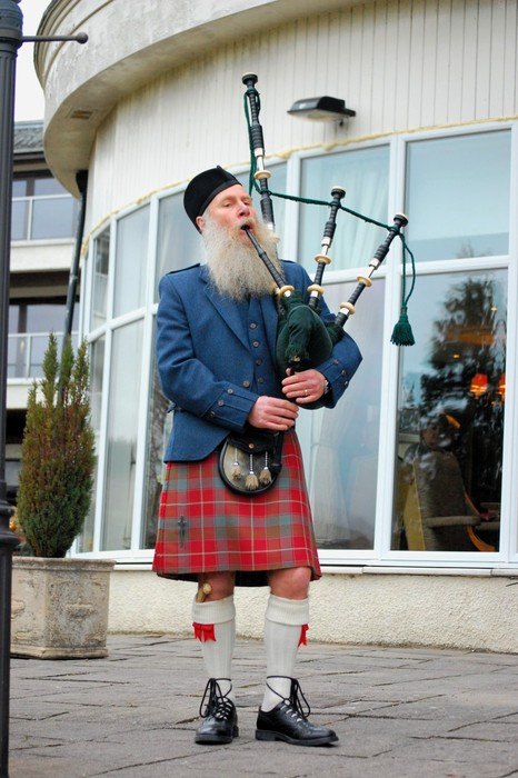 [PIC] Scotsman wearing kilt, playing bagpipes (holiday) + New song!